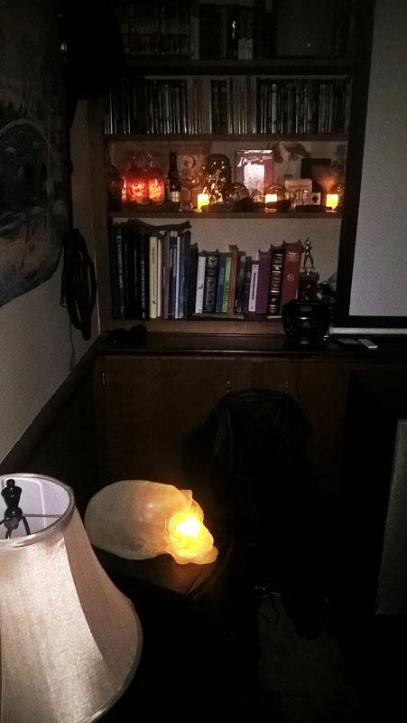 Alien Skull Bookshelf Lits.jpg