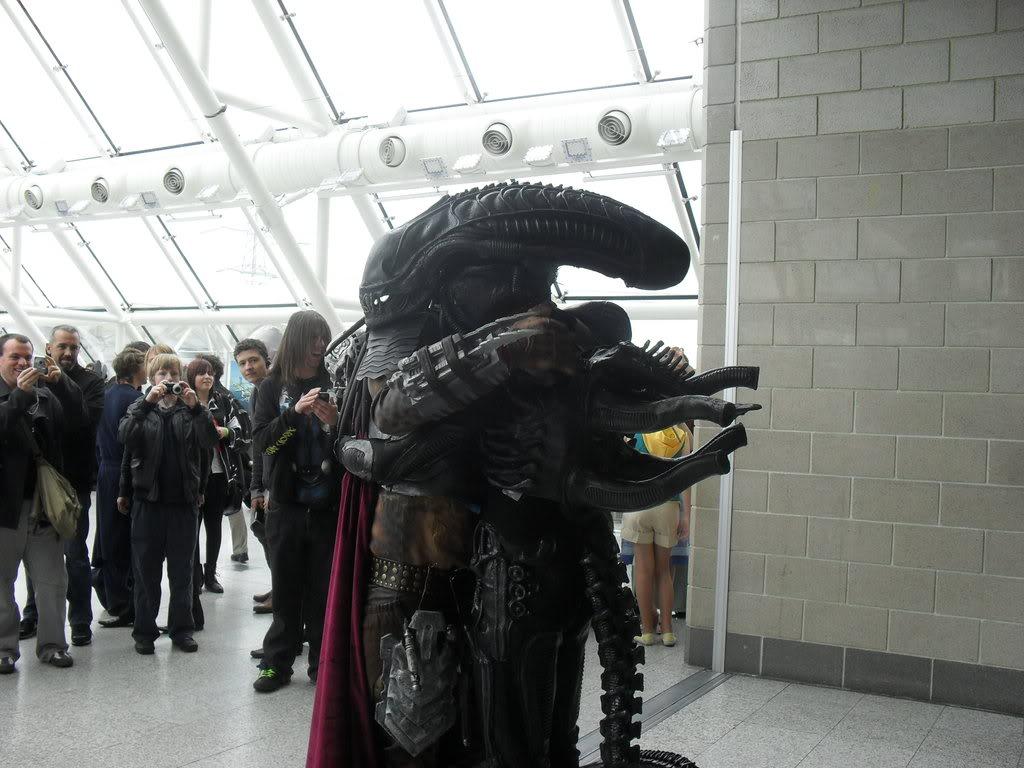 alien_and_predator_brohug_by_joodude-d3hg4g7.jpg