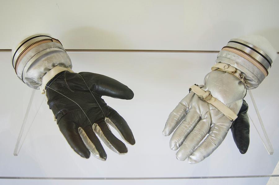 mercury-spacesuit-gloves-mark-williamsonscience-photo-library.jpg